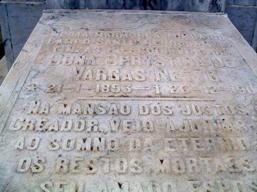 Lápide do túmulo de Cristina Vargas Neto